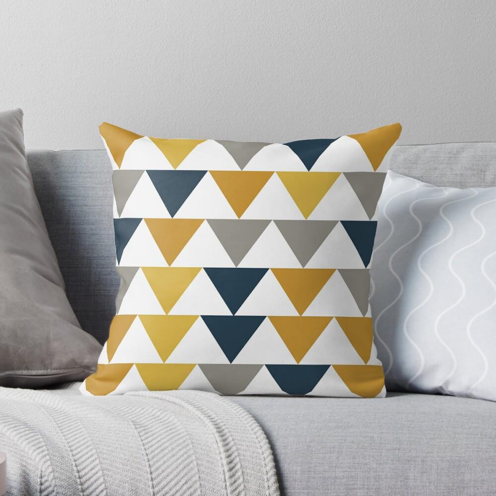 Pfeile 2 - Minimalistisches geometrisches Muster in Senfgelb, Marineblau, Grau und Weiß Dekokissen