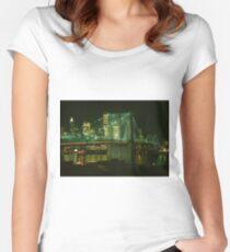 Camiseta entallada de cuello redondo Brooklyn Bridge at Night Photograph