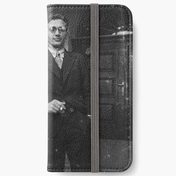 Портрет молодого человека с сигаретой у подъезда. Австрия в составе Третьего рейха после аншлюса в 1938 году. iPhone Wallet