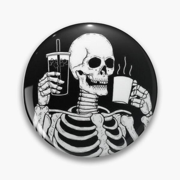 Squelette aime boire du café Badge
