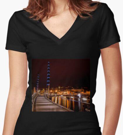 Torquay Hafen Lichter Tailliertes T-Shirt mit V-Ausschnitt