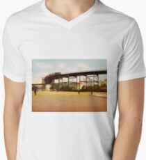 Camiseta para hombre de cuello en v Elevated Train at 110th Street NYC Photo-Print