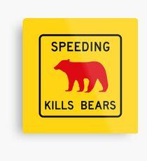 Lámina metálica Exceso de velocidad mata osos, señal de tráfico, California, EE. UU.