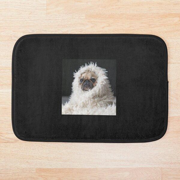 Puppy Pug en una alfombra blanca Alfombra de baño