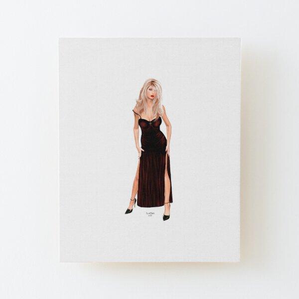 Tasha - Blondine im weinroten Samtkleid Aufgezogener Druck auf Holz
