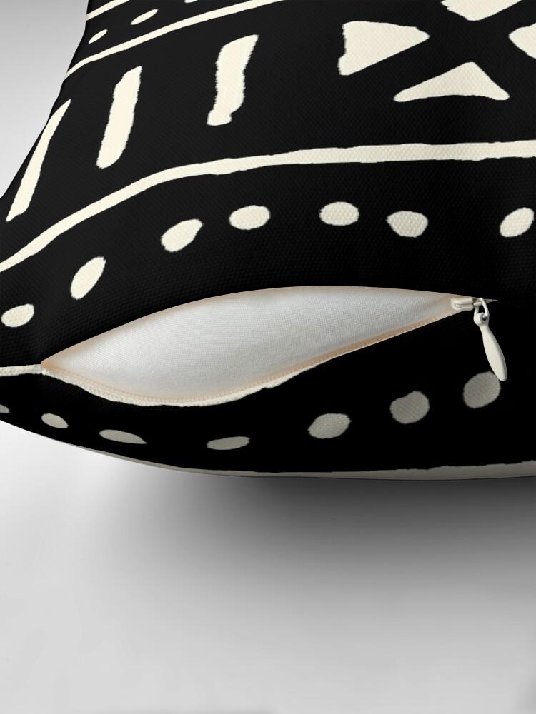 Vista alternativa de Cojín tela de barro africano en blanco y negro