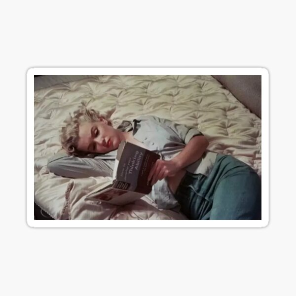 Монро всегда брала с собой книги. Она читала их дома, в гостях, на каникулах, даже в гримерке. Sticker