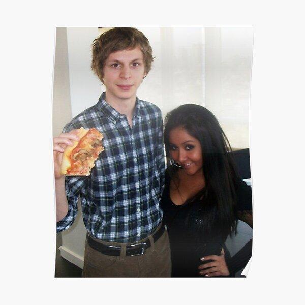 Michael Cera hält eine große Pizza neben Snooki Poster