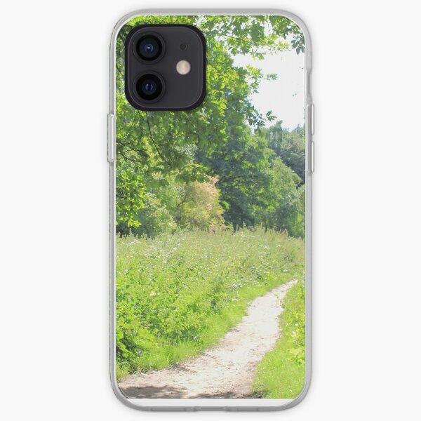 Grüner Weg im Wald. Wilde Natur. iPhone Flexible Hülle