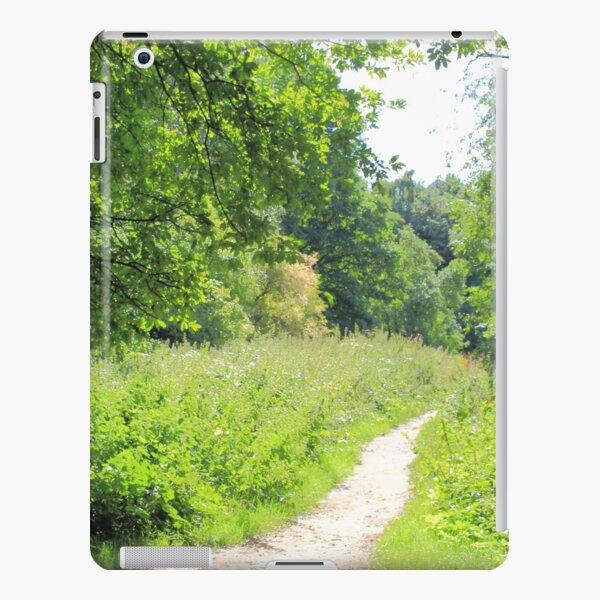 Grüner Weg im Wald. Wilde Natur. iPad – Leichte Hülle