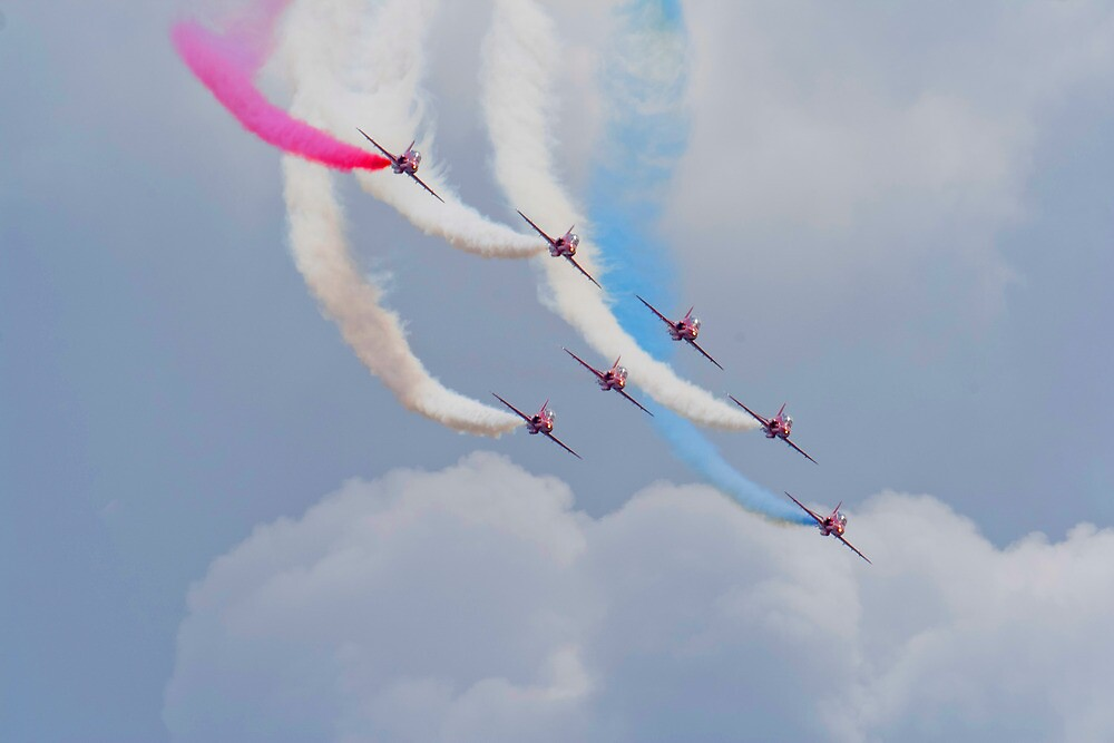 On The Curve - The Red Arrows by Dave Godden