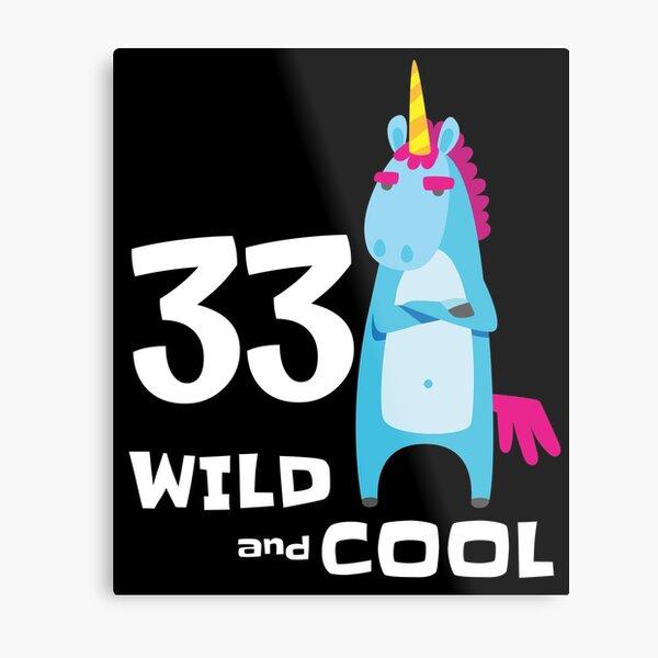 Unicornio divertido 33 Bday Outfit para él Su regalo de cumpleaños número 33 Wild & Cool Treinta y tres años Bday Party Lámina metálica
