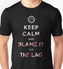 Camiseta ajustada Mantenga la calma y culpe a la Lag