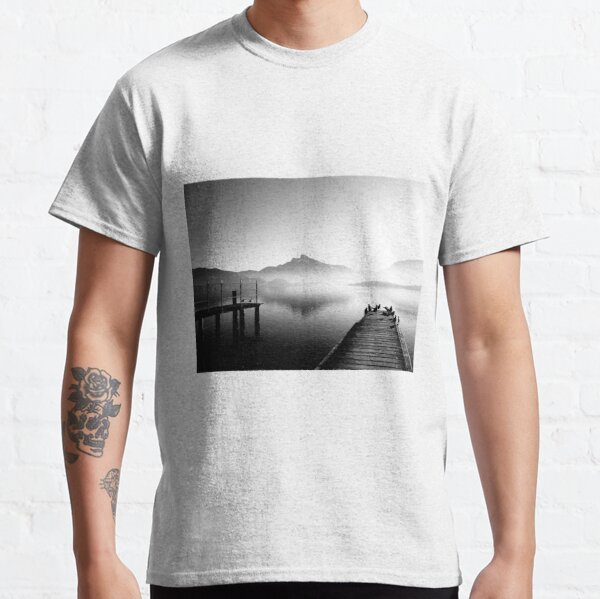 Mondsee im Morgennebel Classic T-Shirt