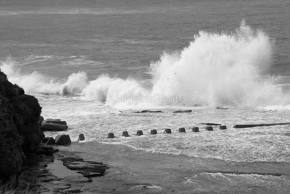 Crashing Waves B&W by LoveAphoto