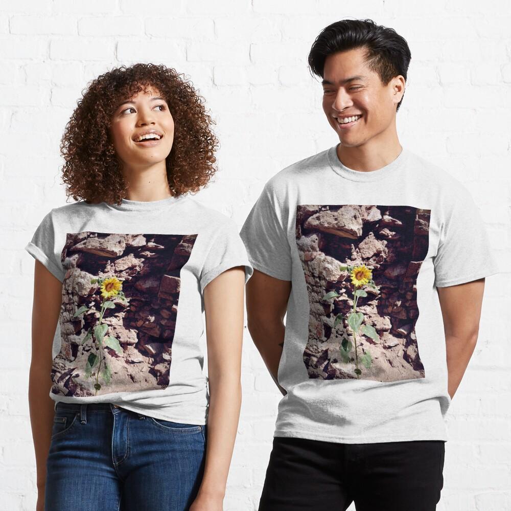 Sonnenblume vor Burg-Mauer Classic T-Shirt