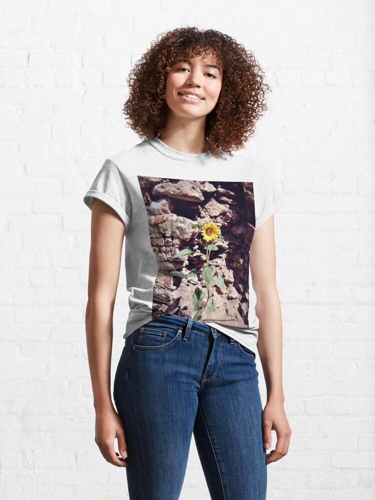 Alternative Ansicht von Sonnenblume vor Burg-Mauer Classic T-Shirt