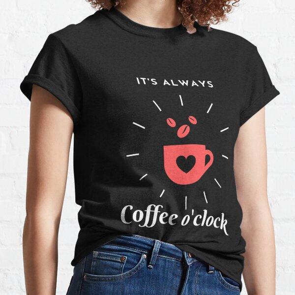 Corazón y granos de café. Fondo negro. Camiseta clásica