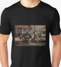City - NY - Drinking water from a street pump 1910 Unisex T-Shirt