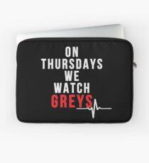 Am Donnerstag sehen wir Greys - White Text Laptoptasche