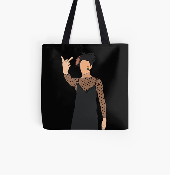 Yungblud en un vestido Bolsa estampada de tela