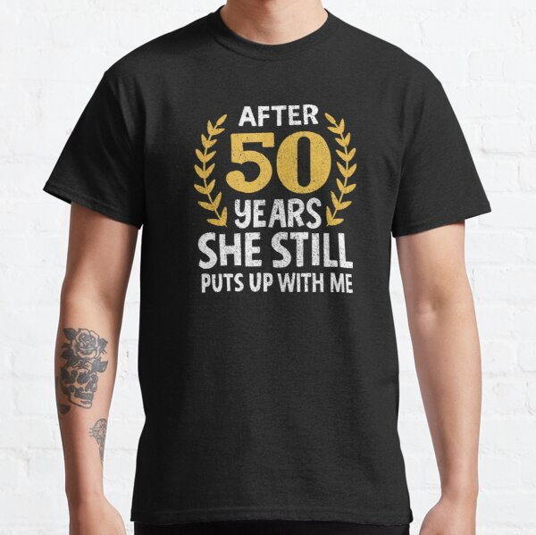 Ella todavía se pone conmigo 50 años de aniversario Camiseta clásica