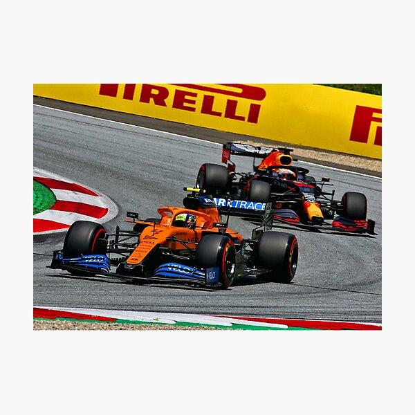 Lando Norris luchando con Max Verstappen durante el Gran Premio de Austria 2020 Lámina fotográfica