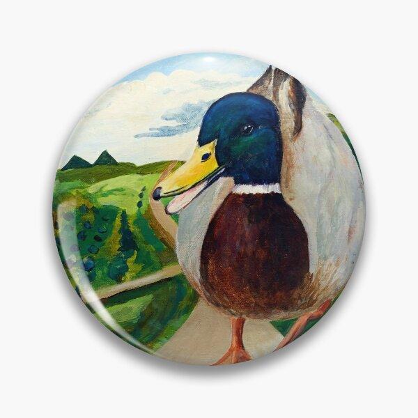 Eine große Ente läuft die Straße entlang Button