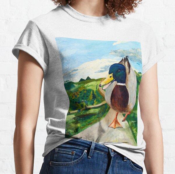 Eine große Ente läuft die Straße entlang Classic T-Shirt