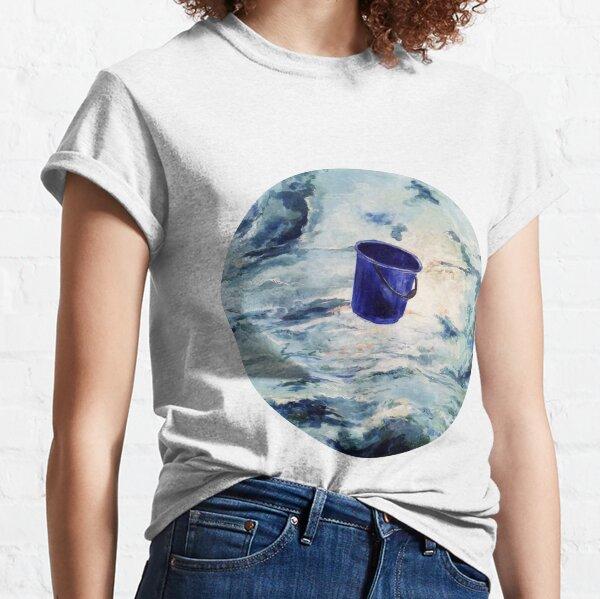 Ein blauer Eimer fliegt durch die Wolken Classic T-Shirt