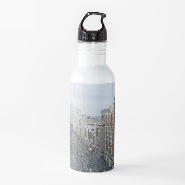 España. Los edificios de la famosa calle principal - Gran vía desde arriba. Botella de agua