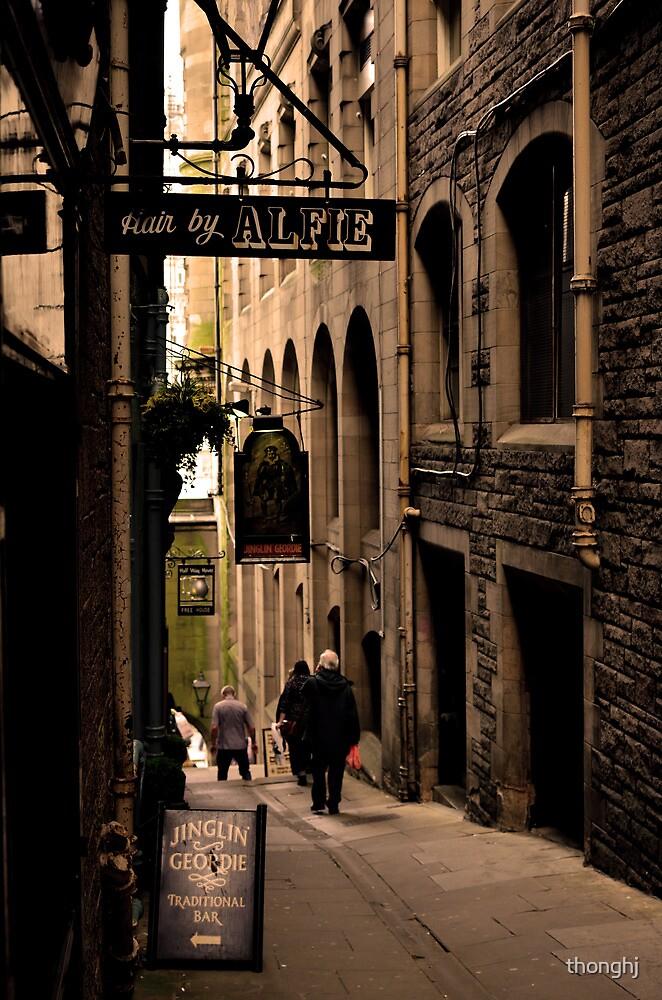 Alley in Edinburgh by thonghj