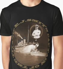 ☝ ☞ EJ SMITH CAPTAIN OF THE TITANIC & TITANIC -TEE SHRIT-Titanic leaving Belfast with two guiding tugs ☝ ☞ Graphic T-Shirt
