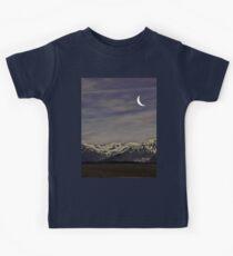 Camiseta para niños Crescent Moon Over the Mountains