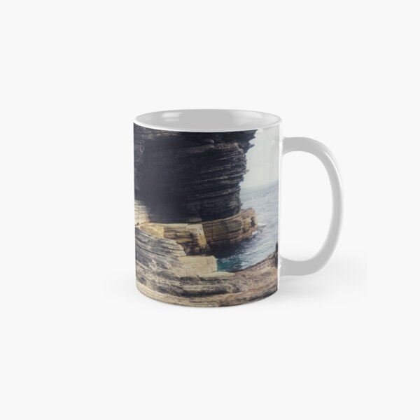The dramatic rock formations on the cliffs at Cantick Head Lighthouse on the beautiful Orkney island of Hoy in Scotland Classic Mug