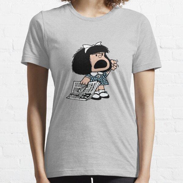Mafalda enojada con periódico y puño levantado historieta quino argentina Camiseta esencial