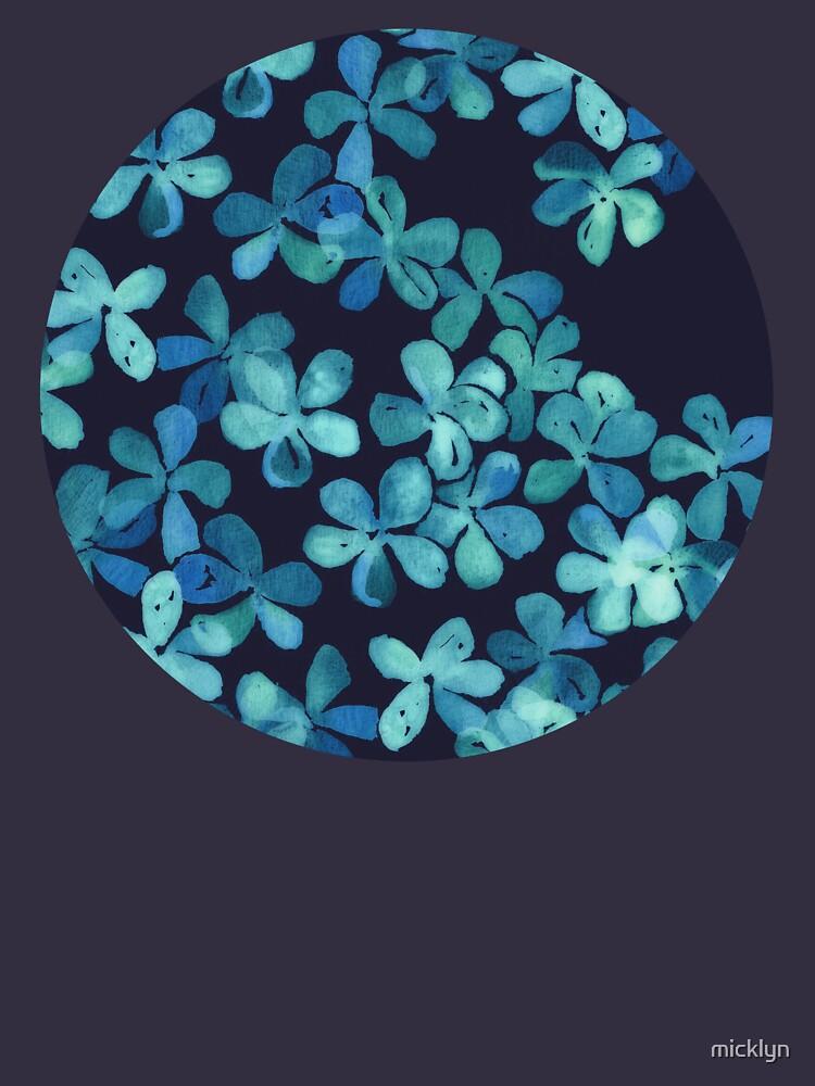 Patrón floral pintado a mano en azul marino y verde azulado de micklyn