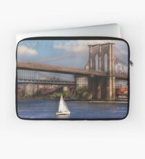 Sailing under the Brooklyn Bridge Laptop Sleeve