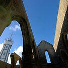 St Mathieu - Le Sémaphore et les Ruines de l'Abbaye by Jean-Luc Rollier