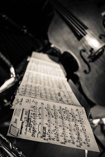 Sheet music & double bass von davebanenphoto