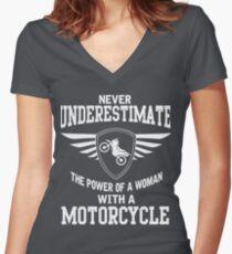 Camiseta entallada de cuello en V Nunca subestimes el poder de una mujer con una motocicleta