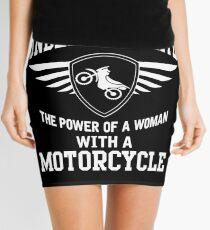 Unterschätze niemals die Macht einer Frau mit einem Motorrad Minirock