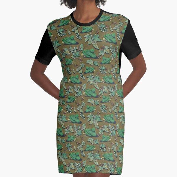 Igel mit Mütze im Herbstlaub auf senffarbenem Grund T-Shirt Kleid