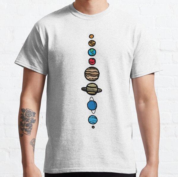Ich habe sie einfach gehalten und trotzdem die Eigenschaften jedes Planeten beibehalten. Ich habe der Schwarz-Weiß-Version digital etwas Farbe als Variation hinzugefügt. (Und natürlich habe ich Pluto in unsere Herzen aufgenommen, er ist immer noch ein P Classic T-Shirt