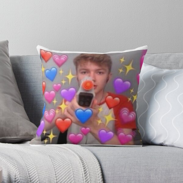 Tommyinnit love hearts with a gun Throw Pillow