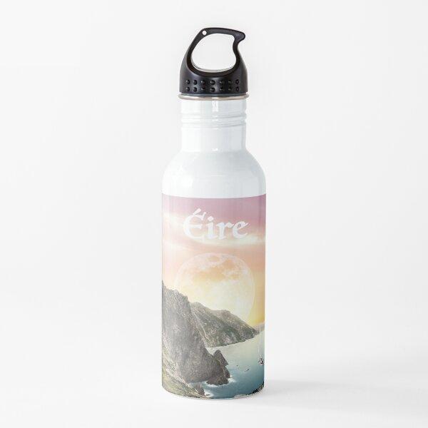"""Póster de viaje de Mayo, Irlanda """"Heaven's Gate"""" - Collage surrealista de inspiración vintage Botella de agua"""