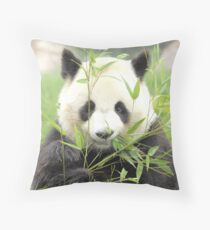 panda geant Throw Pillow