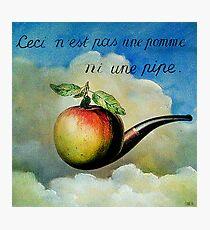 Ceci n'est pas une pomme ni une pipe Photographic Print