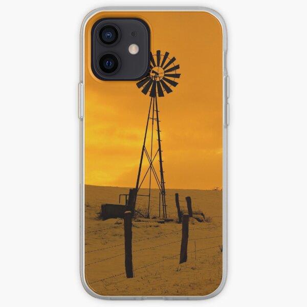 éolienne, paysage neigeux et coucher du soleil Coque souple iPhone