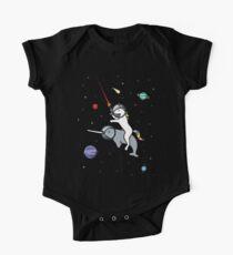 Body de manga corta para bebé Unicorn Riding Narwhal en el espacio